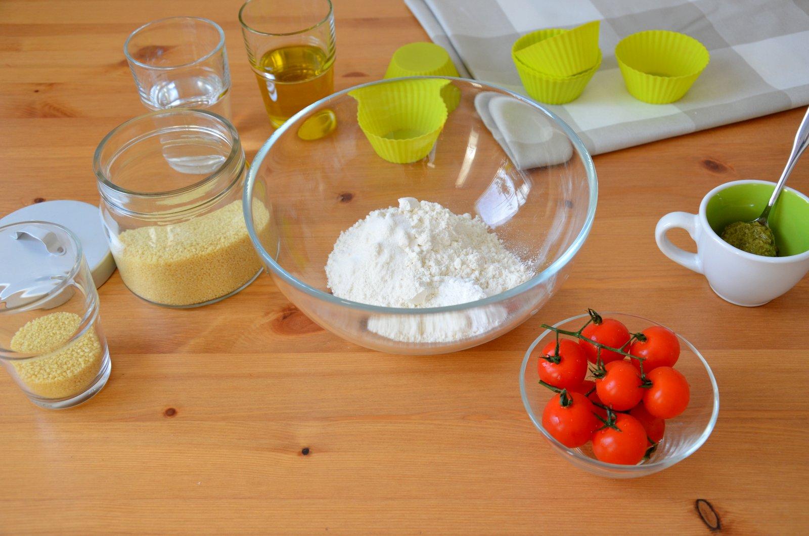 Babeczki z pesto i pomidorkami koktajlowymi