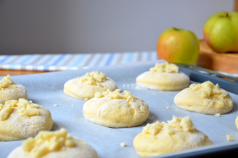 Domowe drożdżówki z jabłkami