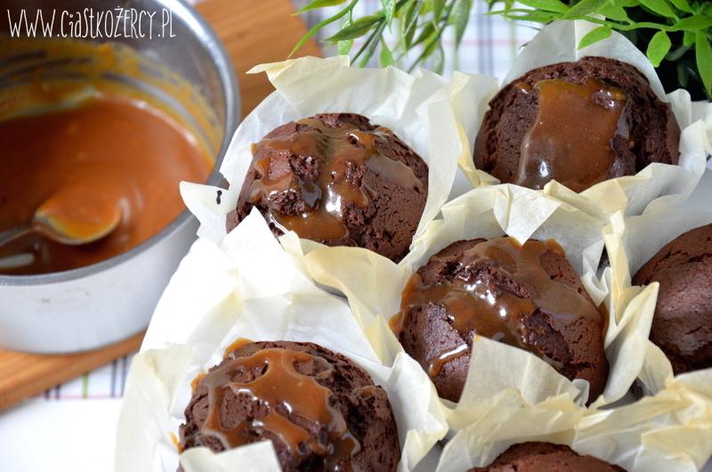 Muffiny czekoladowe z karmelem 9