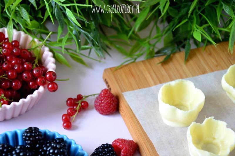 Czekoladowe miseczki z owocami 6