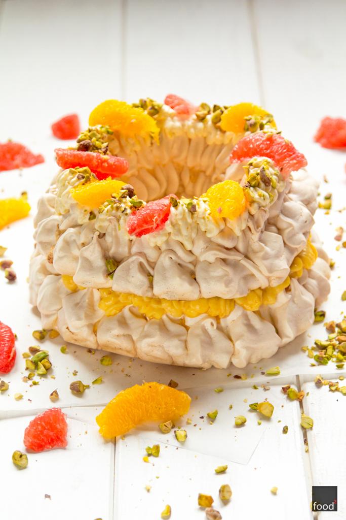 Wieniec bezowy z orange curd, pomarańczą, grejpfrutem i pistacjami