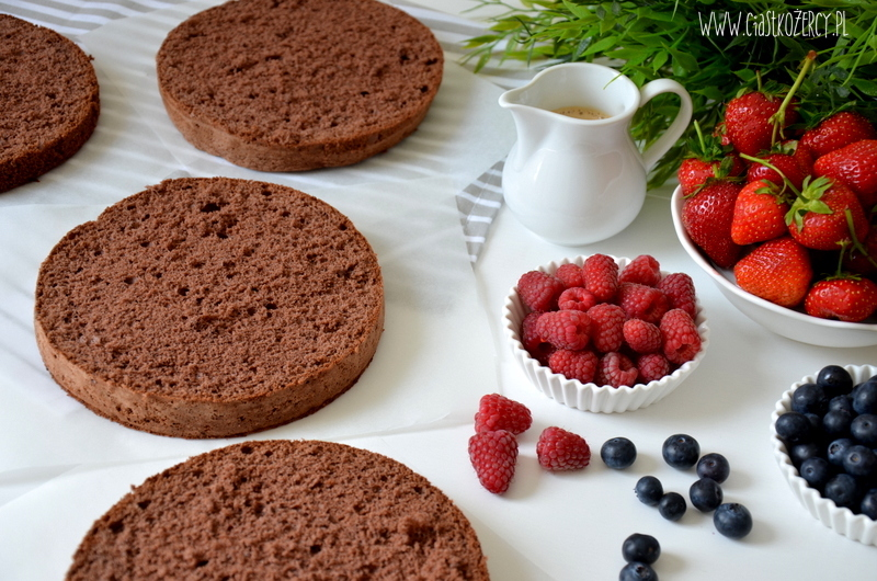 tort czekoladowy z owocami 1