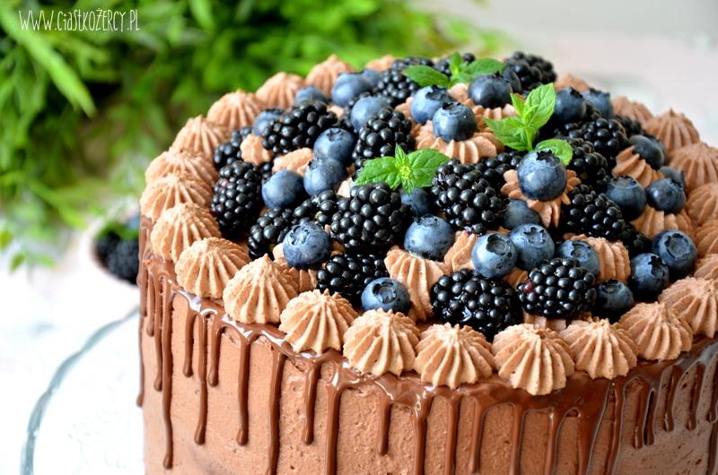 Czekoladowy tort z jeżynami